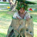 פסל חי שדון בתוך גזע עץ