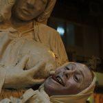 פסל חי של מדונה והתינוק